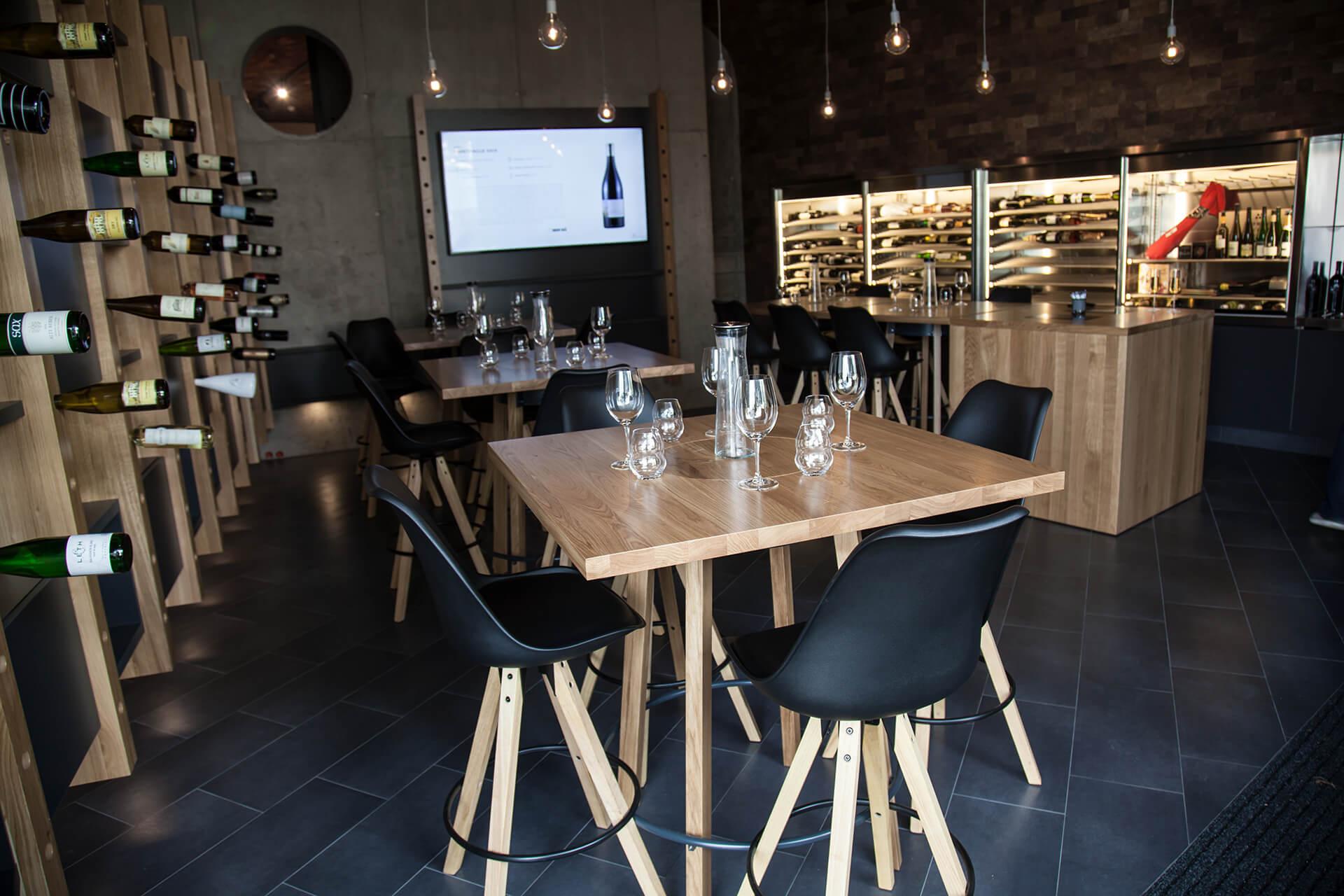 Spodní patro vinárny Wine Bar
